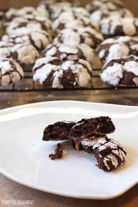 Chocolate Crinkle Cookies - Domestic Dreamboat #dairyfree #cookies #Christmas