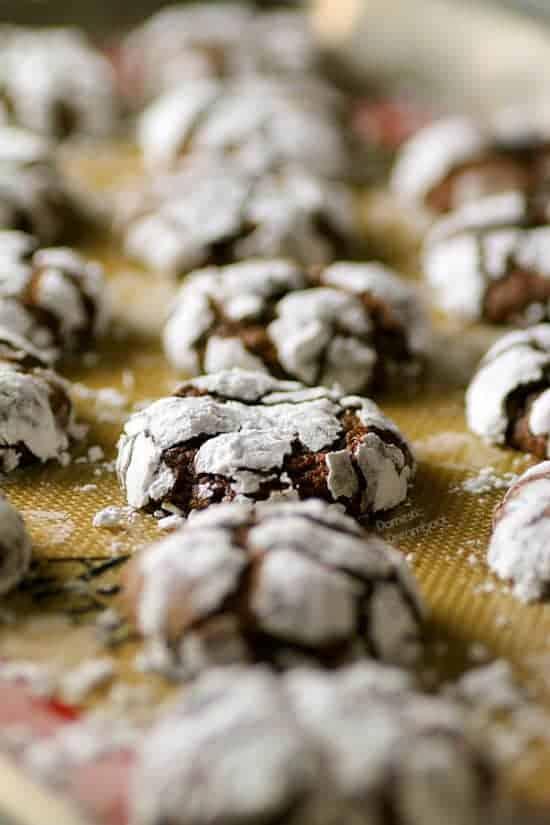 Chocolate Crinkle Cookies - Domestic Dreamboat #cookies #christmas #chocolate